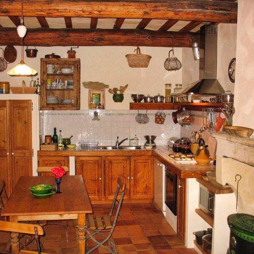 Landestypische Küche mit Gasherd